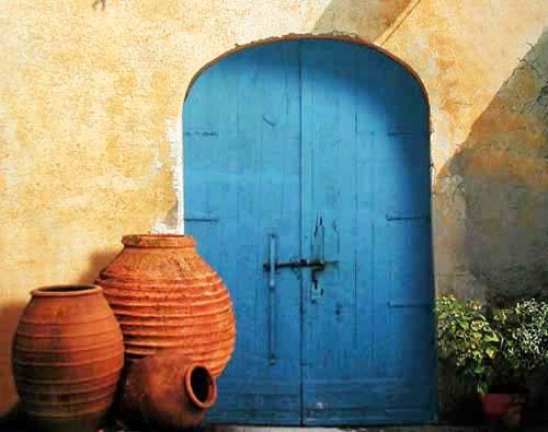 Drei Terracotta Krüge und blaue Tür, Poster