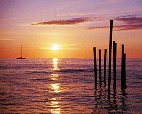 Sonnenuntergang am See mit kleinem Boot, Poster