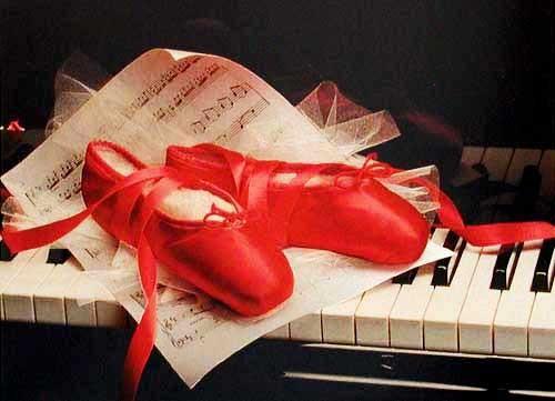 Rote Ballettschuhe auf Klavier Bild
