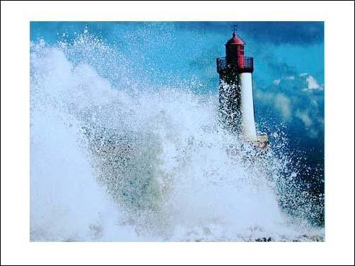 Weißer Leuchttturm hinter Welle Poster