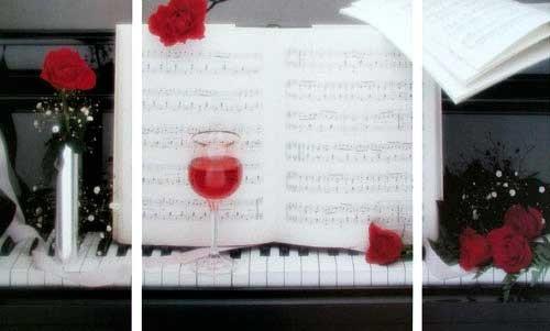 Klavier und rote Rosen